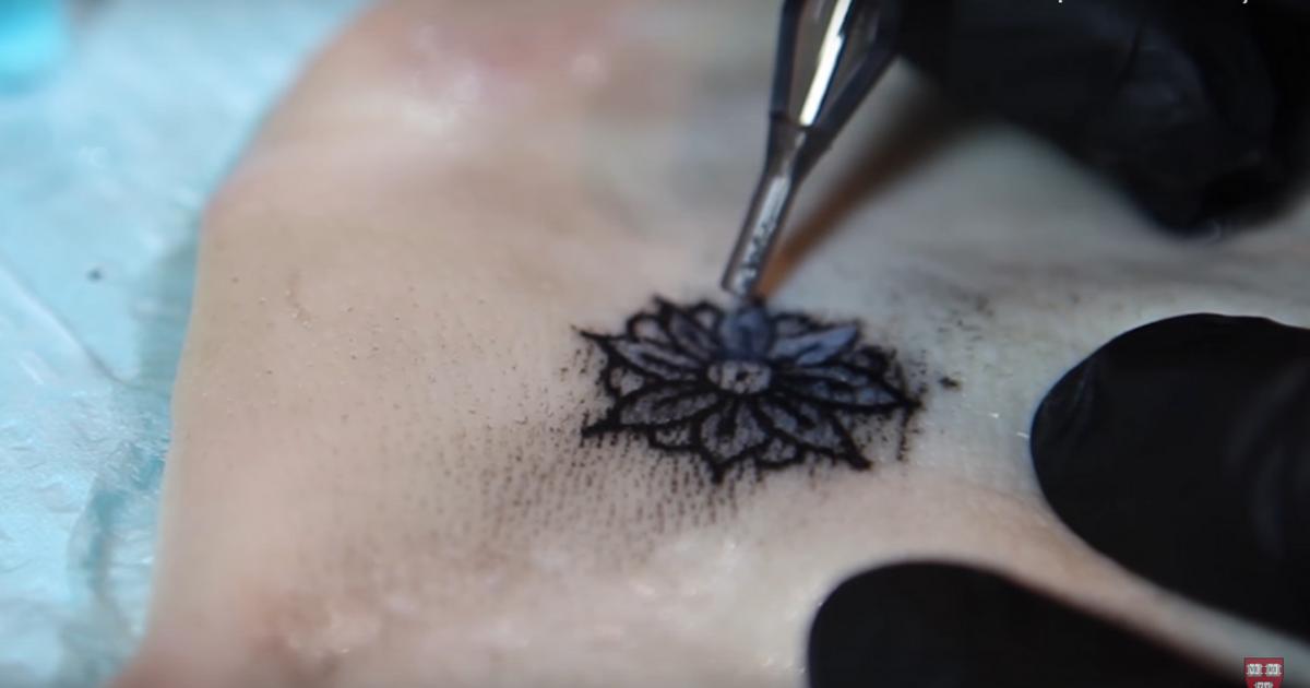teste de tatuagem em pele de porco - Tatuagem para diabéticos que muda de cor quando os níveis de glicose no sangue se alteram