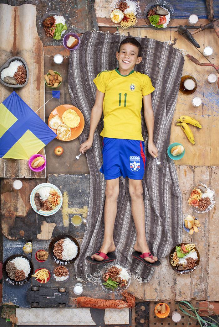 kids surrounded weekly diet photos daily bread gregg segal 27 5d11c1228257e 700 - O que crianças de países e culturas diferentes comem?
