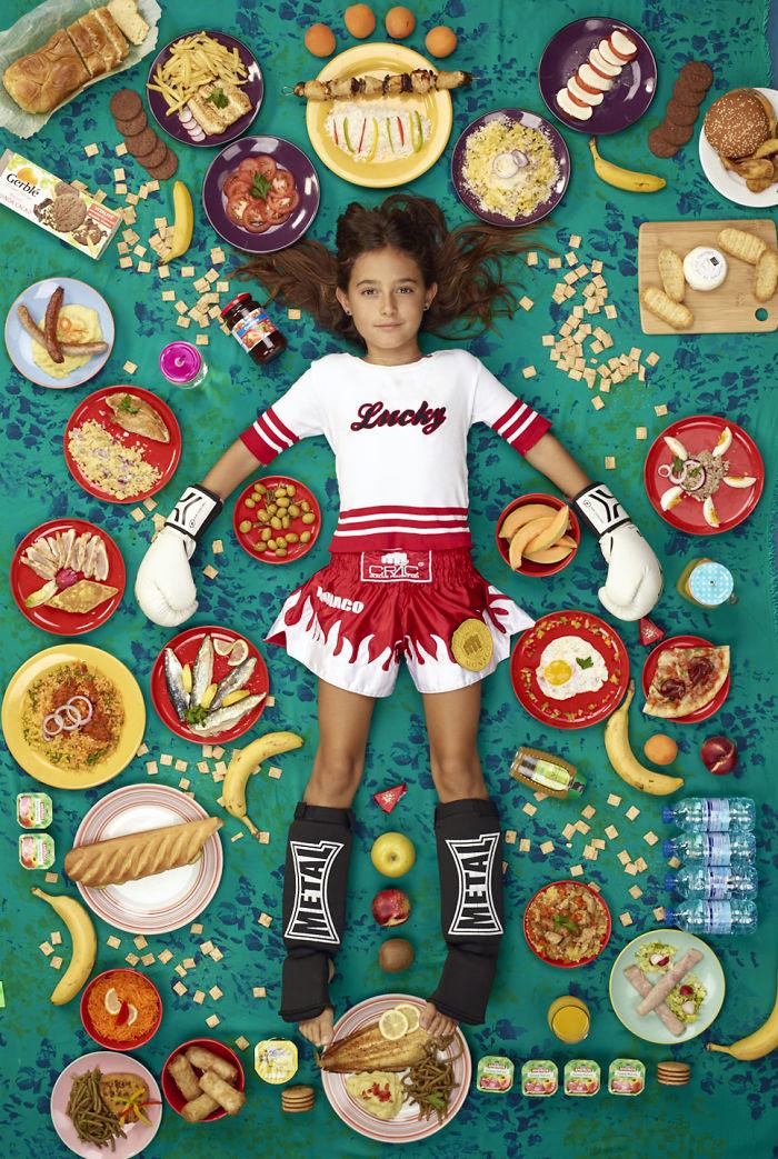 kids surrounded weekly diet photos daily bread gregg segal 31 5d11c1310091e 700 - O que crianças de países e culturas diferentes comem?