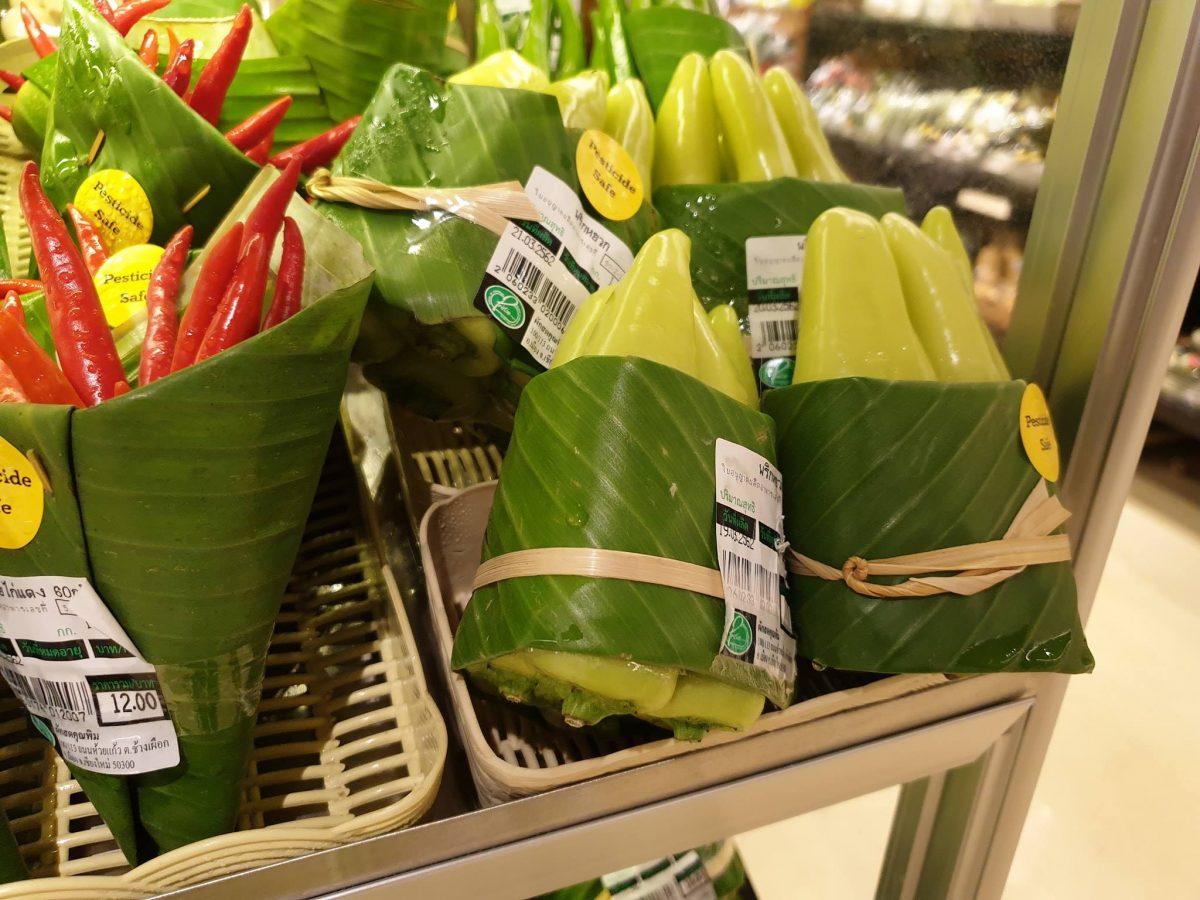 54515375 2334207446824337 2300504833016201216 o scaled - Supermercado na Tailândia troca embalagem plástica por folhas de bananeira