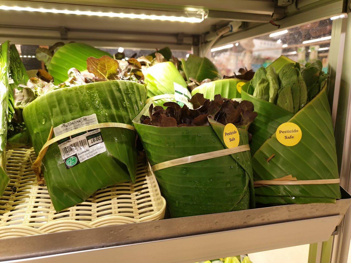 55666849 2334207266824355 2945668625215782912 o scaled - Supermercado na Tailândia troca embalagem plástica por folhas de bananeira