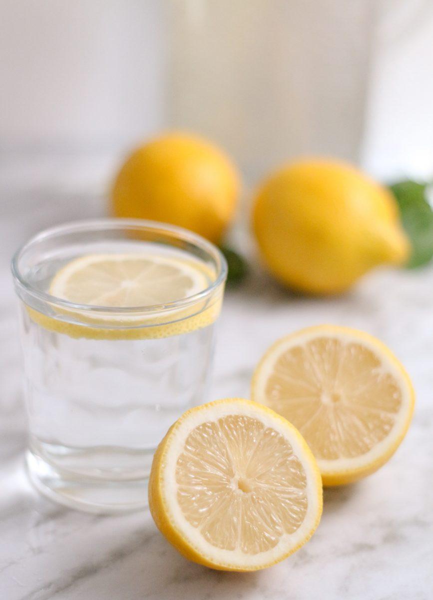 claudia crespo PYlShcow5nE unsplash scaled - A ciência explica 10 coisas que acontecem ao seu corpo quando você bebe água morna com limão todas as manhãs