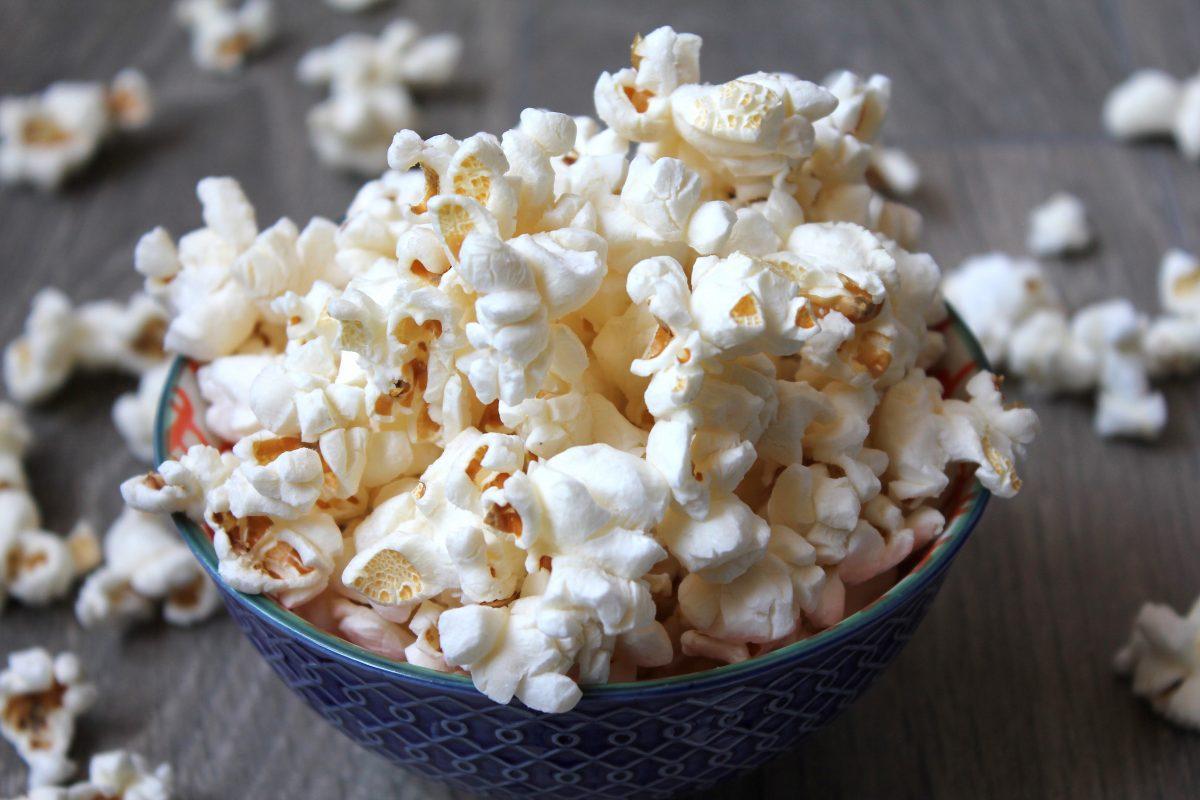 popcorn in ceramic bowl 3537844 scaled - Estes são os 10 alimentos mais perigosos que você consome regularmente