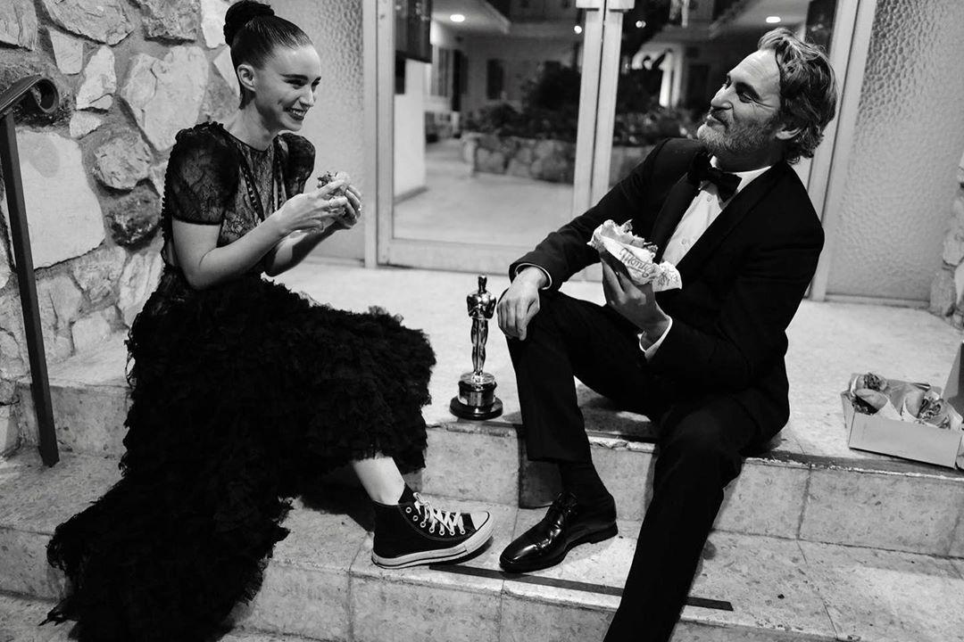 83943678 1860110887621870 2584288911532618446 n1 - Joaquin Phoenix comemora prêmio do Oscar comendo hambúrguer vegano com a noiva