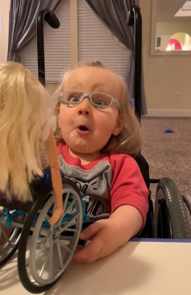 2020 03 06 15 - Menina cadeirante ganha Barbie em cadeira de rodas e fica maravilhada