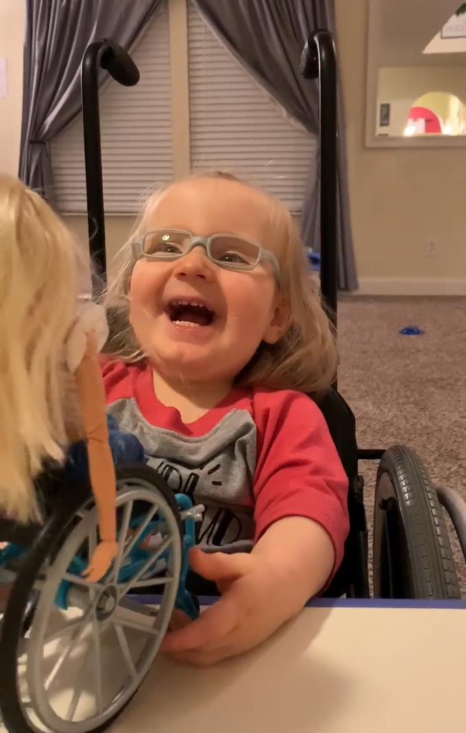 2020 03 06 22 - Menina cadeirante ganha Barbie em cadeira de rodas e fica maravilhada