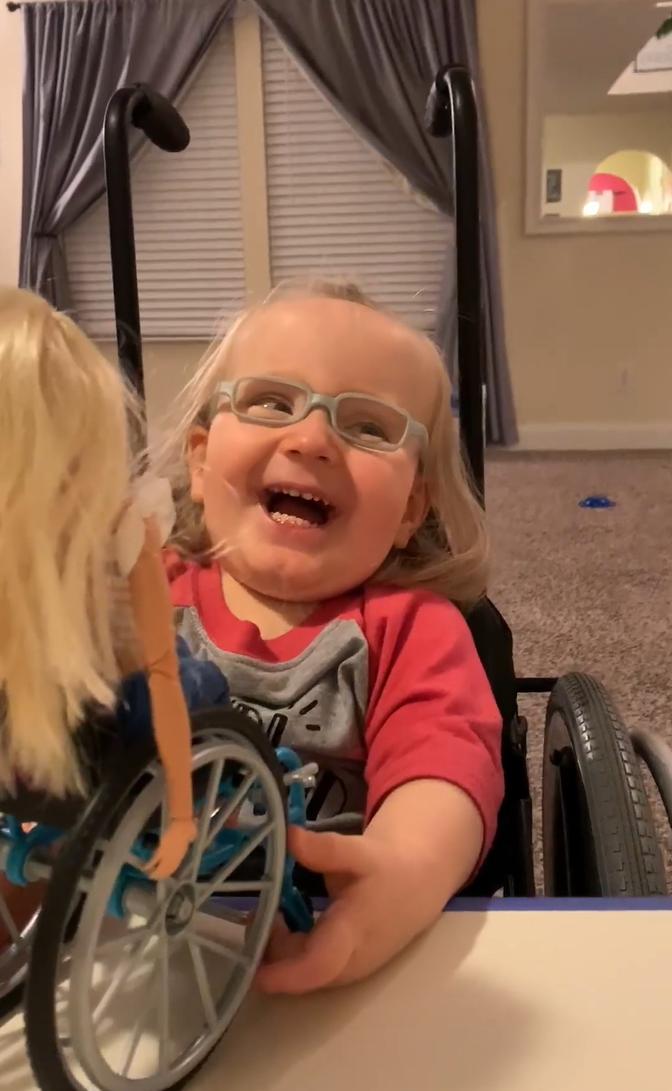 2020 03 06 24 - Menina cadeirante ganha Barbie em cadeira de rodas e fica maravilhada