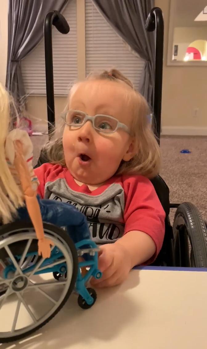 2020 03 06 5 - Menina cadeirante ganha Barbie em cadeira de rodas e fica maravilhada