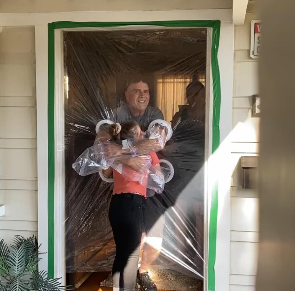 2020 05 16 10 - Menina cria uma cortina de plástico para poder abraçar avós na quarentena