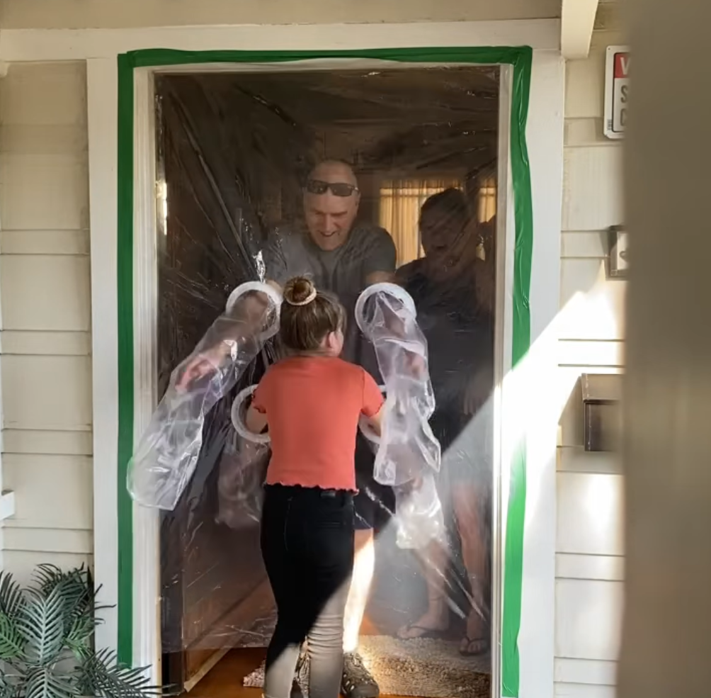 2020 05 16 3 - Menina cria uma cortina de plástico para poder abraçar avós na quarentena