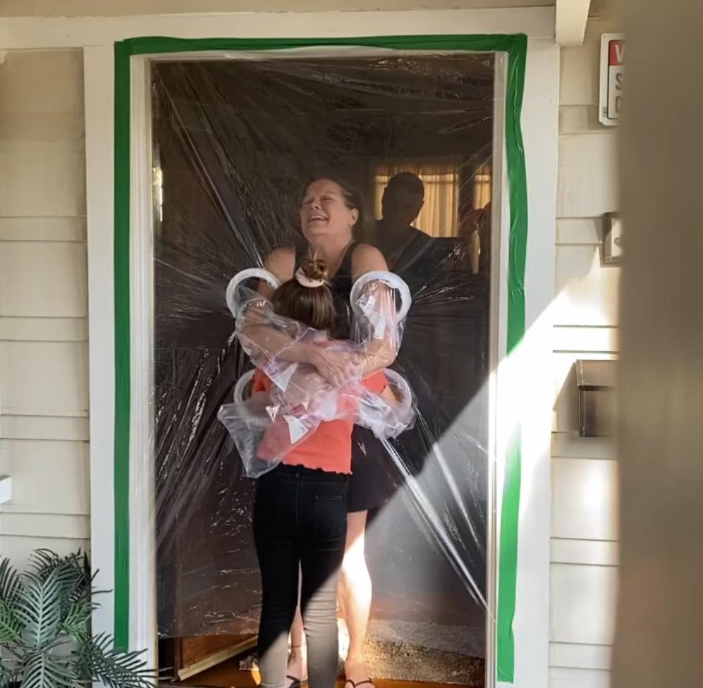 2020 05 16 6 - Menina cria uma cortina de plástico para poder abraçar avós na quarentena