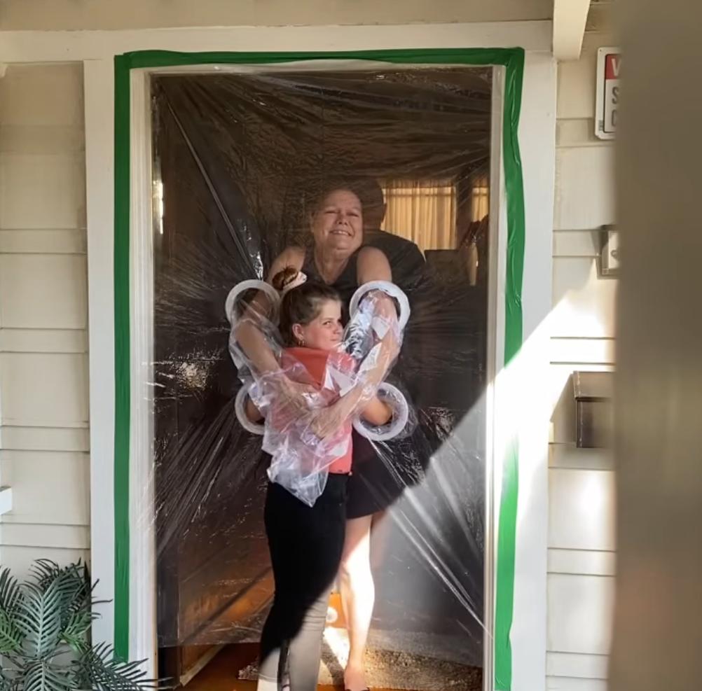 2020 05 16 9 - Menina cria uma cortina de plástico para poder abraçar avós na quarentena
