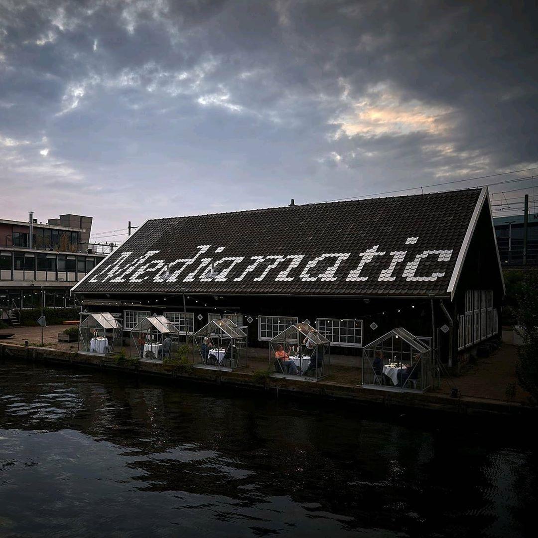 95053875 1119626931730544 6238722615551693812 n - Restaurante em Amsterdã instala casas de vidro para evitar contágios