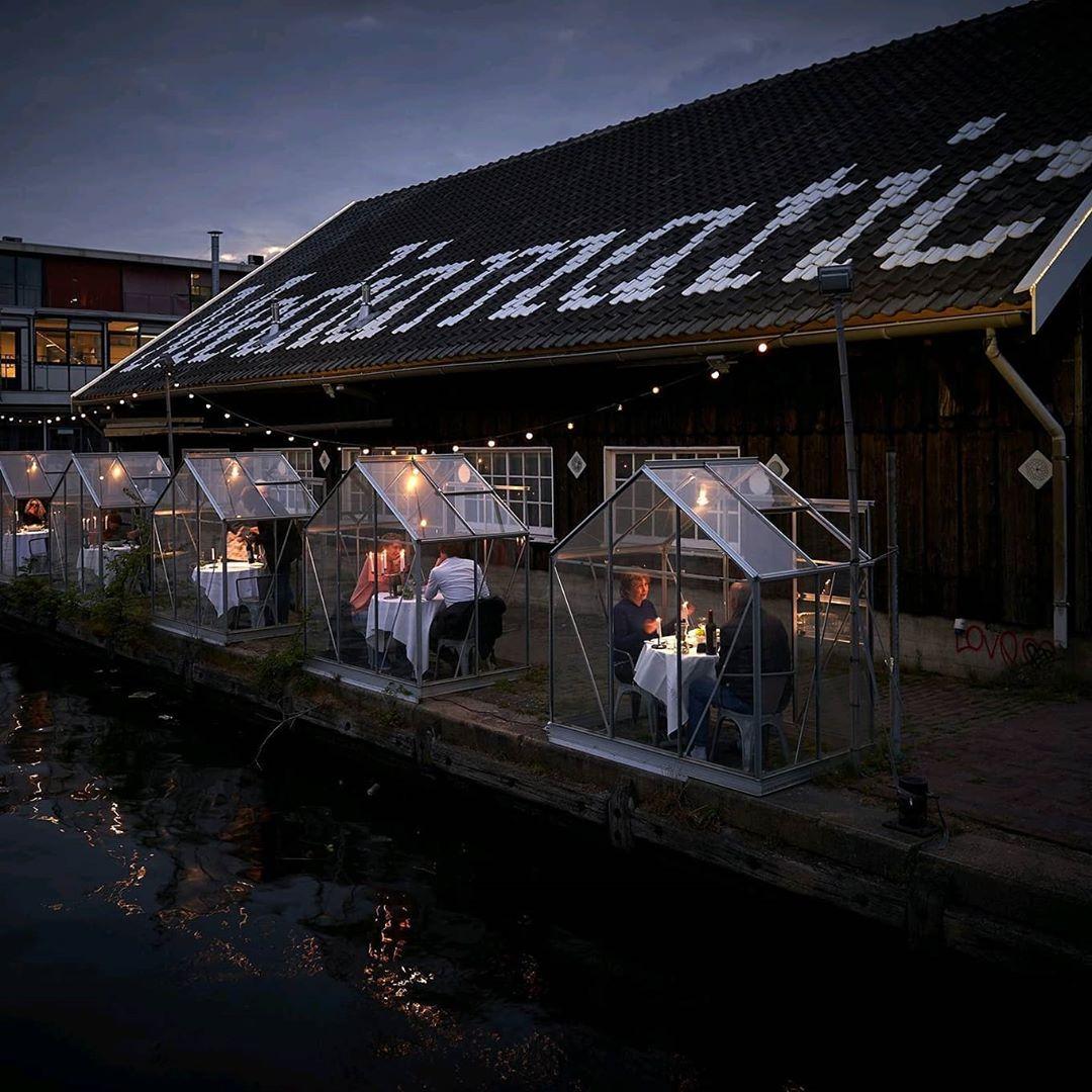 95136402 1548778401966541 1997931122058466836 n - Restaurante em Amsterdã instala casas de vidro para evitar contágios