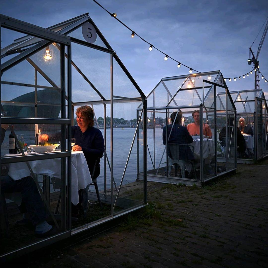 95438562 247437066617203 6071320090922632559 n - Restaurante em Amsterdã instala casas de vidro para evitar contágios
