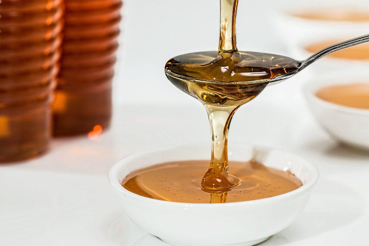 honey 1006972 1920 scaled - O mel trata os sintomas de tosse e resfriado melhor do que os antibióticos