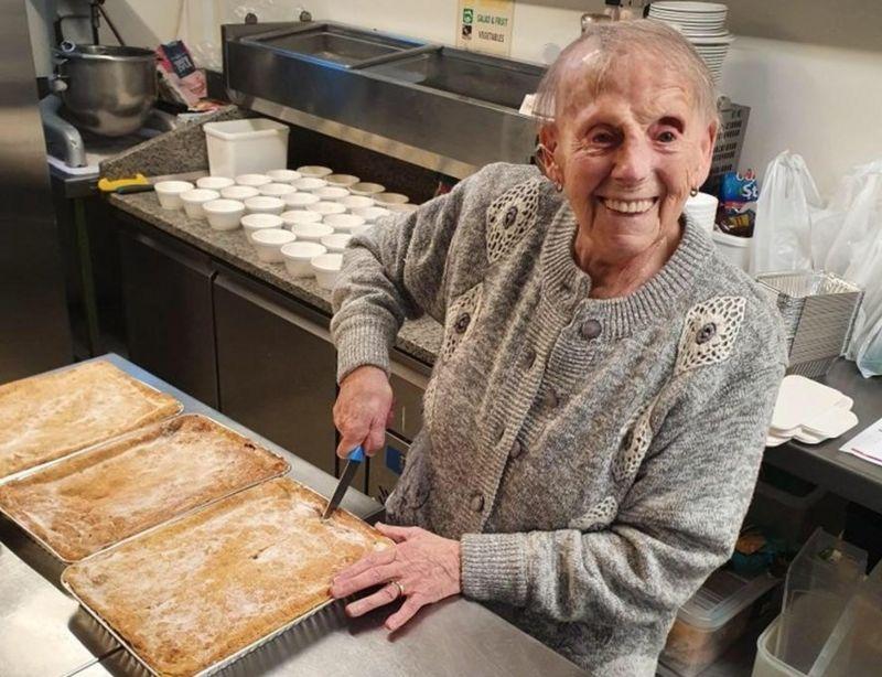 114965398 mediaitem114965397 - Senhora de 89 anos desafia a idade fazendo tortas para doar aos necessitados