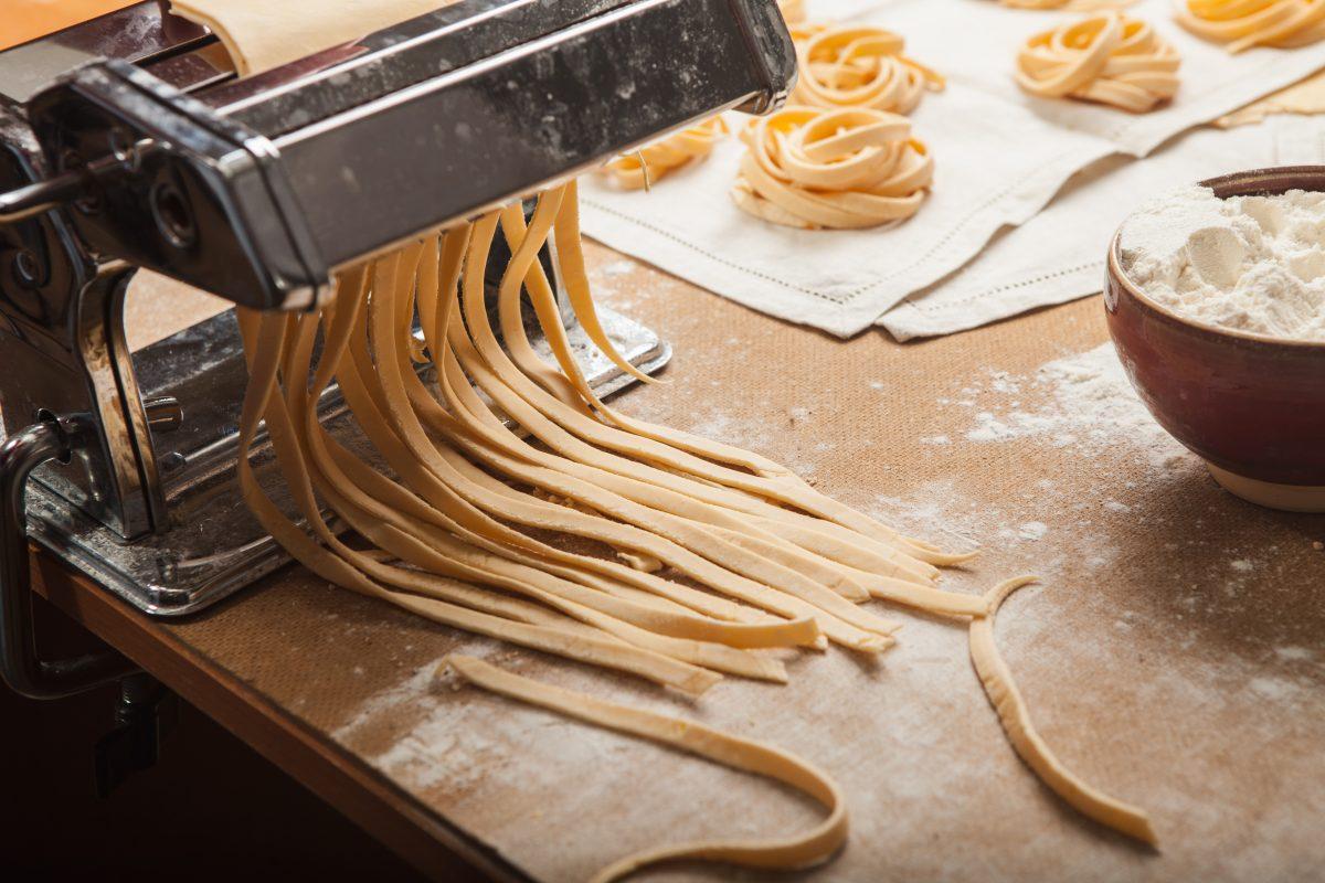 the fresh pasta and machine on kitchen table scaled - Desvende 7 mitos sobre alimentos que você consome e acredita que são verdadeiros