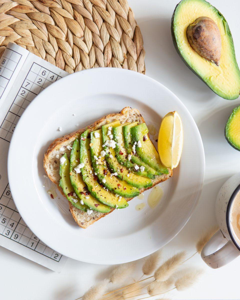 sliced avocado on white ceramic plate scopio 383804b6 b9a6 4cc8 9b16 e81272291e61 scaled - Comer abacate todos os dias mantém seus micróbios intestinais felizes