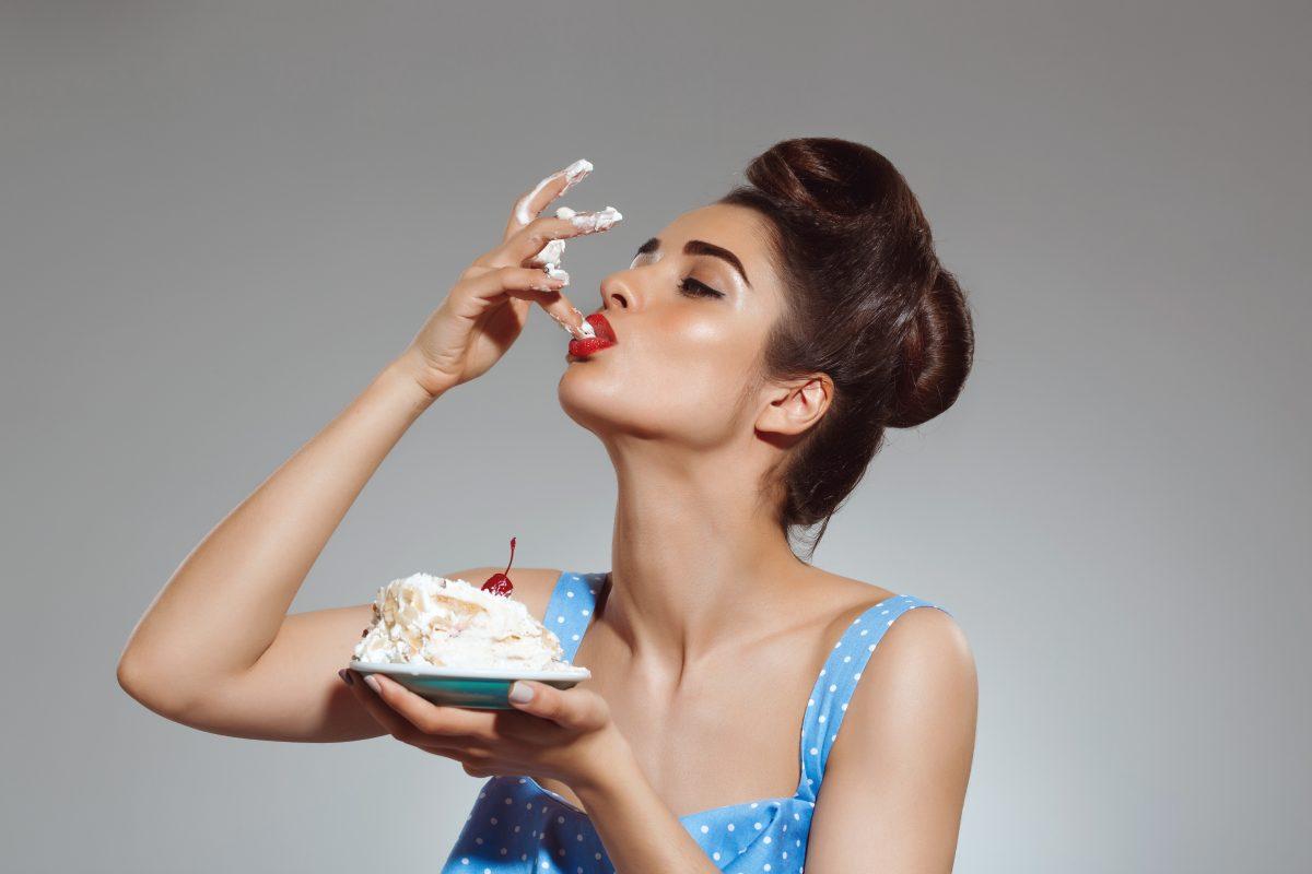 """portrait of beautiful pin up woman eating cake scaled - Pessoas que gostam de comer sobremesas são mais positivas e """"doces"""", segundo estudo"""