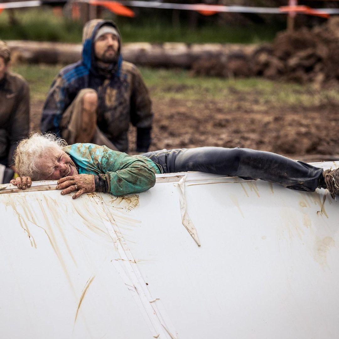 mulher de 81 anos completa sua segunda corrida com obstaculos enormes 2 - Mulher de 81 anos completa sua segunda corrida com obstáculos enormes