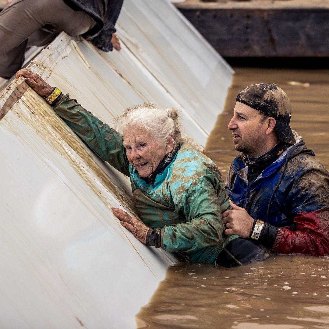 mulher de 81 anos completa sua segunda corrida com obstaculos enormes - Mulher de 81 anos completa sua segunda corrida com obstáculos enormes