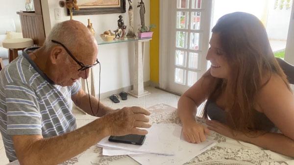"""neta desenha um manual para o avo aprender a enviar audios pelo celular - Neta desenha um """"manual"""" para o avô aprender a enviar áudios pelo celular"""