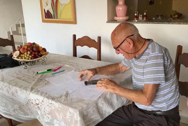 """neta desenha um manual para o avo aprender a enviar audios pelo celular1 - Neta desenha um """"manual"""" para o avô aprender a enviar áudios pelo celular"""