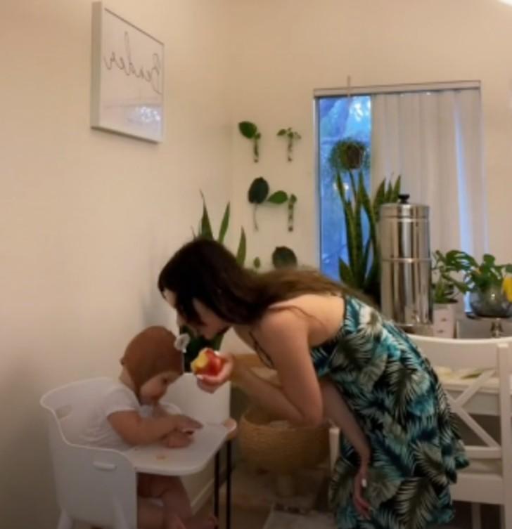 mae publica video e e criticada por mastigar a comida do bebe antes de da la 2 - Mãe publica vídeo e é criticada por mastigar a comida do bebê antes de dá-la
